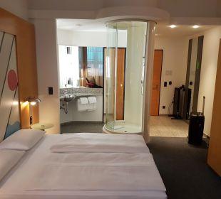 Offenes Bad, runde Dusche mitten im Zimmer Select Hotel Berlin Ostbahnhof