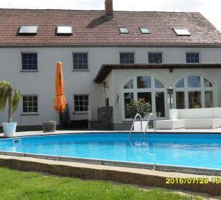 Blick zum Pool - Hintergrund Hotel - Pension Hotel-Pension Keller