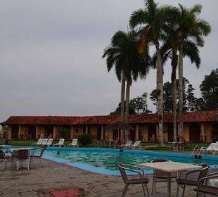 Blick auf Pool und Zimmer