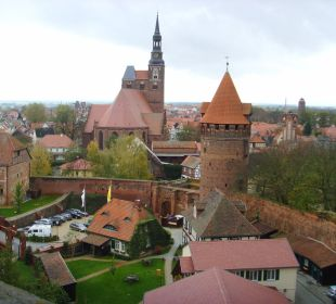 Zur Stadt und dem Hotelparkplatz Ringhotel Schloss Tangermünde