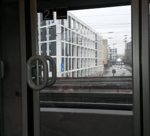 Aus der Bahn kurz vor dem Bahnhof Ibis budget Hamburg City