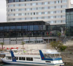 Blick über die Drau auf das Hotel Hotel Holiday Inn Villach