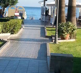 Der Weg zum Strand. Vantaris Beach Hotel