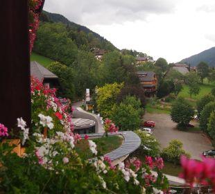 Ausblick vom Blumengeschmückten Balkon Thermenhotel Ronacher