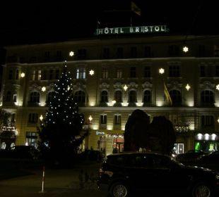 Fassade zur Adventszeit Hotel Bristol Salzburg