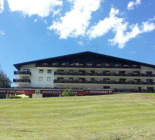 Blick aufs Hotel von der  Straße aus Sporthotel Walliser
