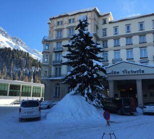 Hotel (rechts) und dahinter das neue Hallenbad Hotel Reine Victoria by Laudinella