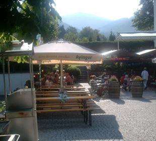 Eingang zum Biergarten von der Straßenseite aus Hotel Bellevue