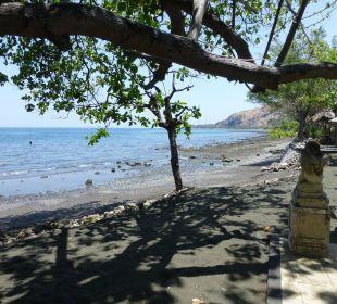 Schwarzer sand - sehr heiß unter den Füßen Hotel Matahari Beach Resort & Spa