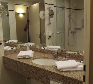 Schönes großes Bad Globana Airport Hotel