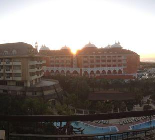 Direkter Balkonausblick mit etwas Meer rechts Hotel Royal Dragon