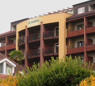 Blick vom Parkplatz auf den Eingang Hotel La Maiena Meran Resort