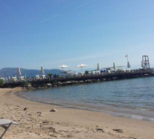 Hotelstrand mit Blick zum Steg Kontokali Bay Resort & Spa