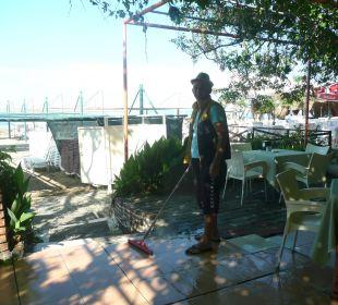Muammer beim Putzen der Strandbar Hotel Narcia Resort Side