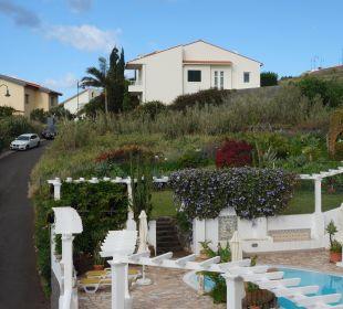 Blick vom Balkon auf Swimmungpool und Gartenanlage Villa Opuntia