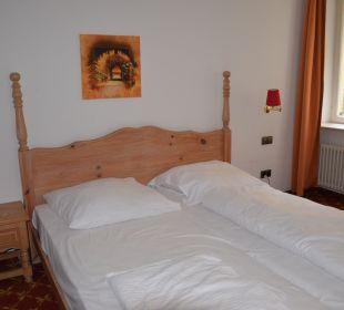 Une table de nuit pour 3 lits Hotel The Medusa