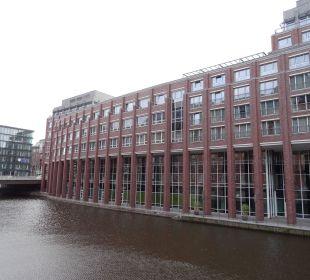 Außenansicht am Wasser Steigenberger Hotel Hamburg