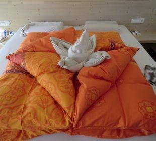Ein gemachtes Bett im Lindenhof Bauernhof Lindenhof