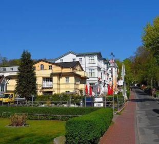 Straße vor dem Hotel, Blickrichtung Parkplatz Strandhotel Ostseeblick