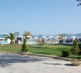 Gartenanlage mit Pool im Hintergrund Mayor Capo Di Corfu