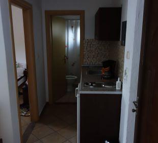 Küche mit dahinter liegenden Bad Hotel Amari