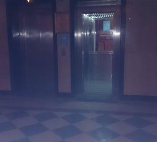 Fahrstuhl bleibt oft stecken auf 3. Etage Festival Le Jardin Resort (geschlossen)