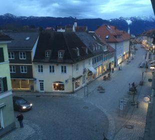Blick aus dem Fenster in ruhige Fußgängerzone Griesbräu zu Murnau
