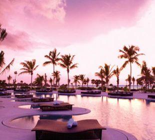 Pool bei Sonnenaufgang Secrets Maroma Beach Riviera Cancun