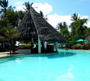 Hauptpool mit Bar Hotel Traveller's Club
