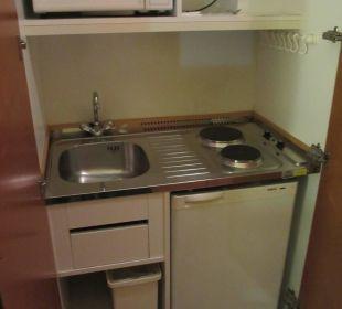 Kleine Küche im Schrank Victor's Residenz Hotel Berlin Tegel