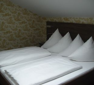 Bett in der Panoramasuite Hotel Neuer am See