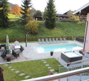 Ausblick zum Pool Apartments Ferienparadies Alpenglühn