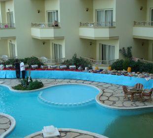 Hotelpool vom Balkon aus