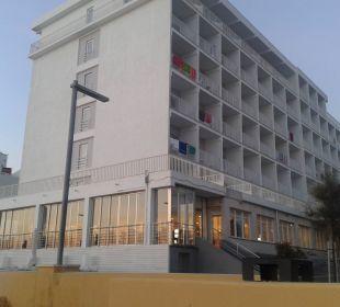 Hotel abends vorne von Strandseite JS Hotel Miramar