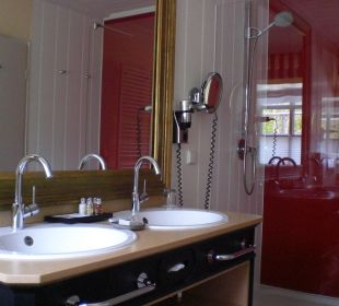 Badezimmer mit grosser Dusche Hardenberg BurgHotel