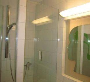 Dusche und interessanter Spiegel prizeotel Bremen-City