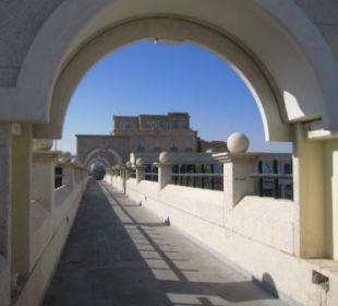 Blick auf Hotel von der Brücke zum Golf Ramada Hotel & Suites Al Khobar