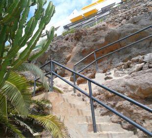 Aufstieg vom Strand zur Appartementanlage Hotel Rocamar Beach