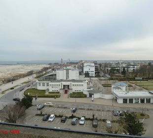 Blick auf Strandpromenade, Leuchtturm und Mole Hotel Neptun