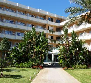 Blick auf das Hotel vom Gehweg Hotel JS Alcudi Mar