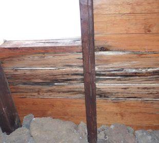 Die angefaulte Holzdecke im Bad