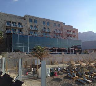 Blick vom Pool auf Strand und Hotelteil Hotel Avala