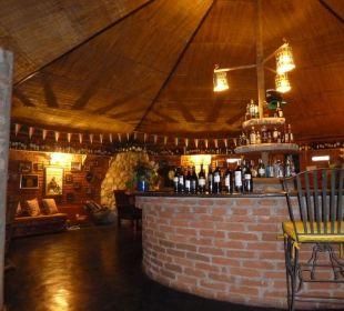 Die schöne grosse Bar mit offenem Kamin Octagon Safari Lodge