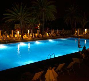 Oberer Pool bei Nacht  COOEE Cala Llenya Resort Ibiza