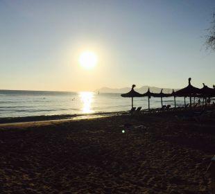 Strand vor dem Hotel bei Sonnenaufgang JS Hotel Horitzó