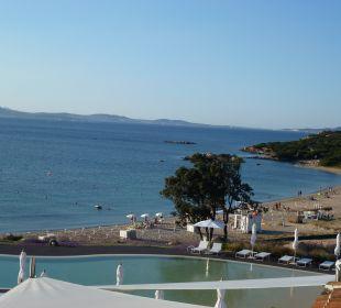 Meer-,Strand- und Poolblick aus unserem DZ CalaCuncheddi Resort & Marina