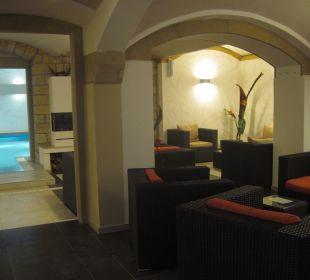 Ruhebereich mit Pool im Hintergrund Hotel Elbiente