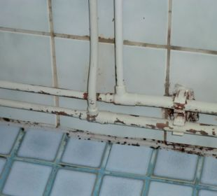 Rohre im Badezimmer/Schimmel in den Kachelfugen