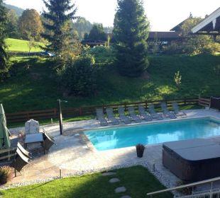 Blick in den Garten vom Balkon aus Apartments Ferienparadies Alpenglühn