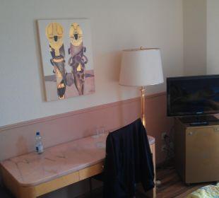 Tisch und TV Hotel Les Arcades